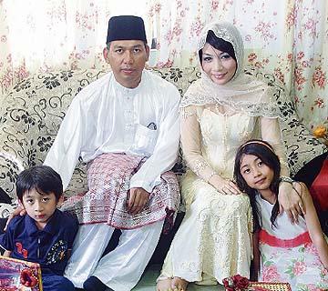 Dr Rozmey bersama dua anaknya ketika majlis pertunangan dengan Effa