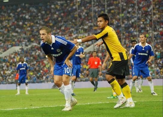 Aidil mengawal pemain Chelsea, Joe Cole
