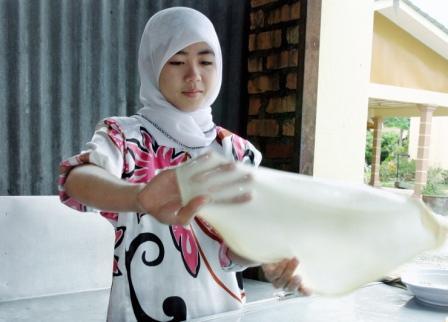 Gadis penebar roti canai