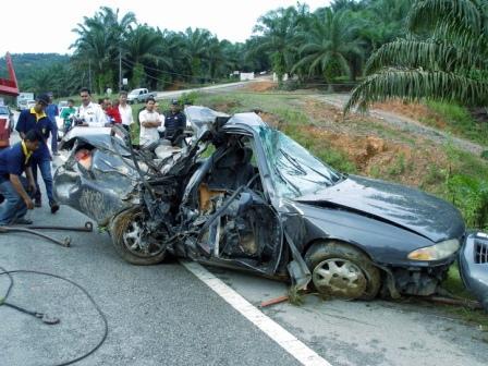 21/10/2008 - Seorang maut, dua parah apabila Proton Perdana yang dinaiki mereka terbabas sebelum terbalik dalam cerun dalam kebun sawit di Kilometer 26.1 Jalan Gua Musang-Kuala Krai