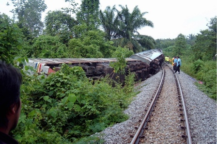 Aku ketika membuat liputan kereta api terbalik di Kuala Krai