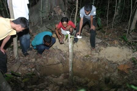 Sekumpulan remaja melihat lubang misteri