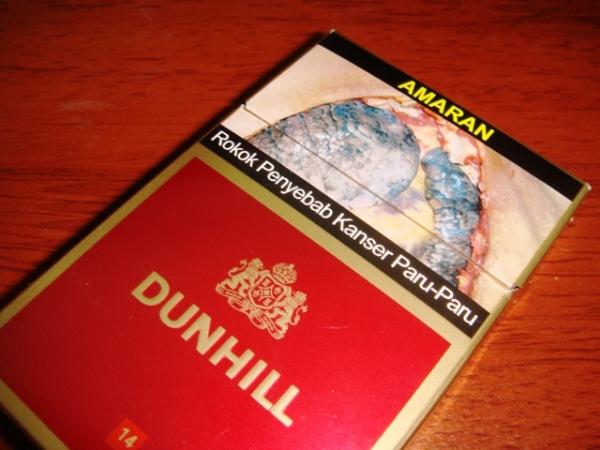 Amaran bergambar pada kotak Dunhill 14
