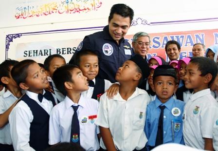 memberikan motivasi kepada murid SK Kampung Bahagia
