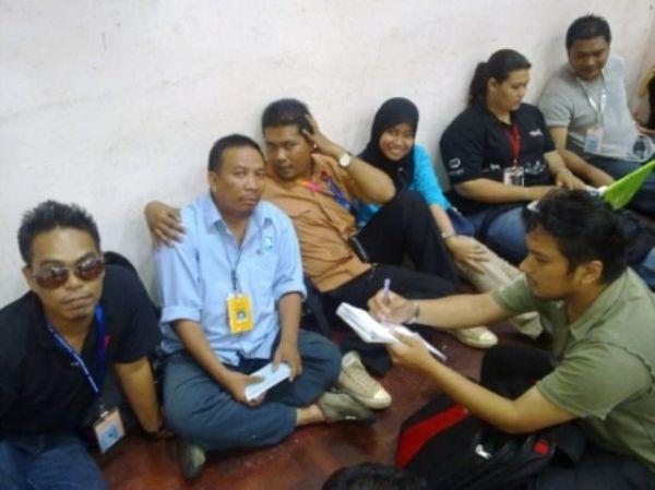 Petugas media lepak di pusat penjumlahan undi